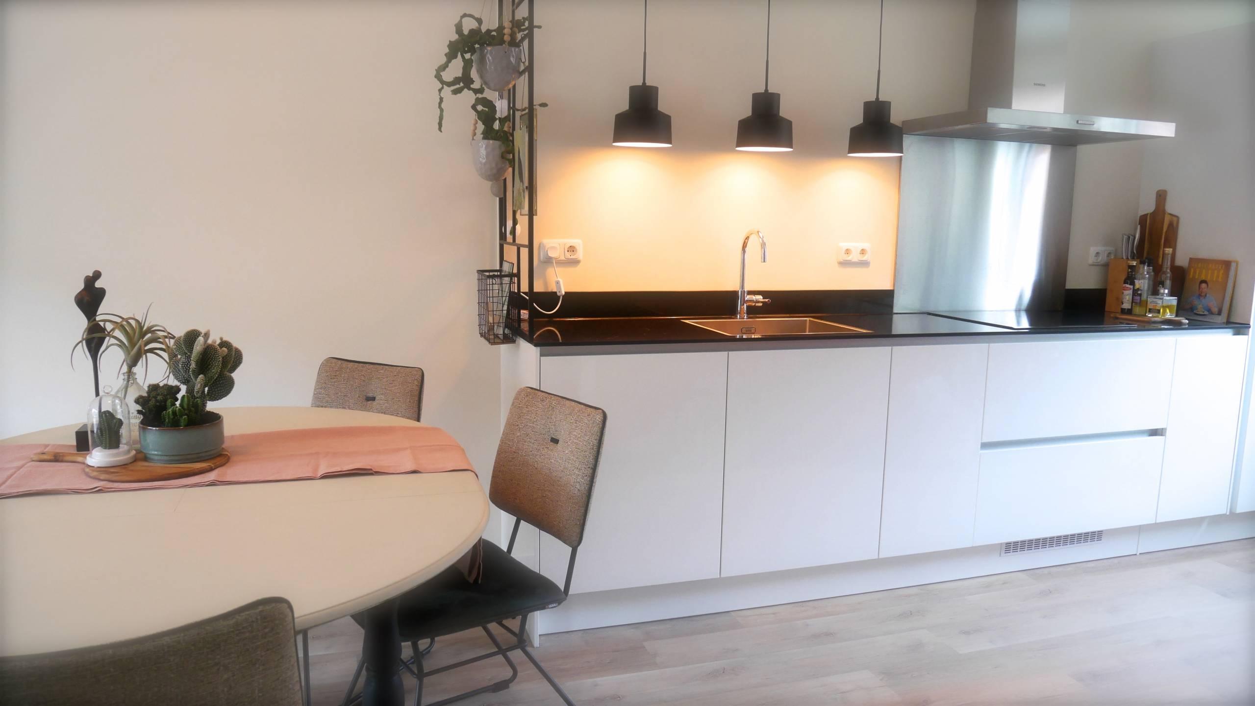 Afscheiding tussen woonkamer en keuken.